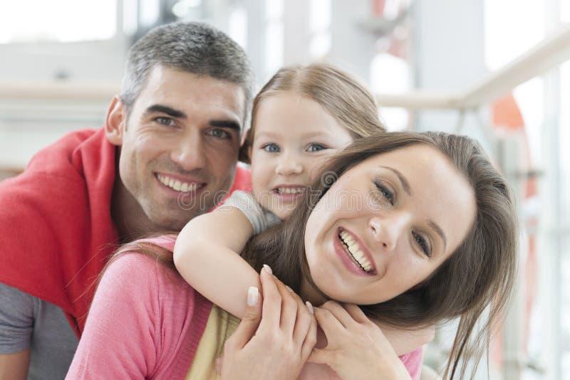 Ung lycklig familj i shoppinggalleria royaltyfri fotografi