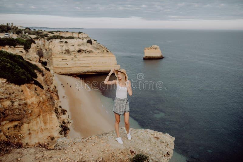 Ung lycklig flicka på kanten av stenen med panoramasikt på havsstranden för dublin för bilstadsbegrepp litet lopp översikt royaltyfria bilder