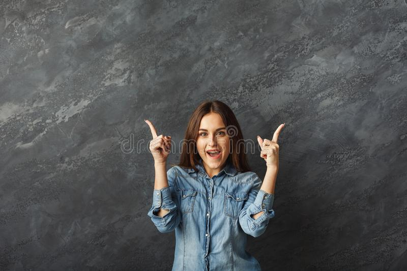 Ung lycklig flicka som pekar upp royaltyfri fotografi