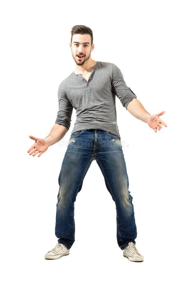 Ung lycklig gladlynt man med öppna armar för spridning royaltyfri fotografi