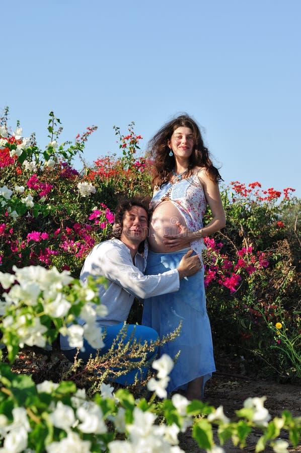 Ung lycklig gravid kvinna & henne maka arkivfoto