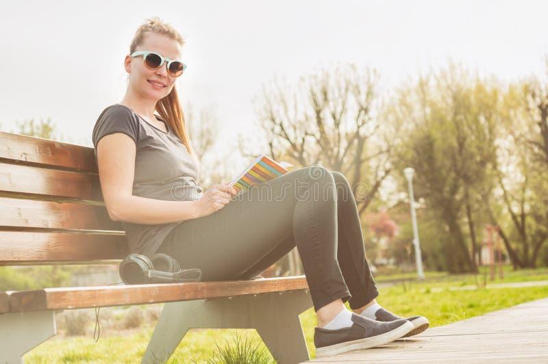 Ung lycklig hipster med solglasögon som utanför tycker om freetime arkivfoto