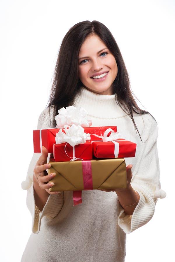 Ung lycklig kvinna med en gåva arkivbilder