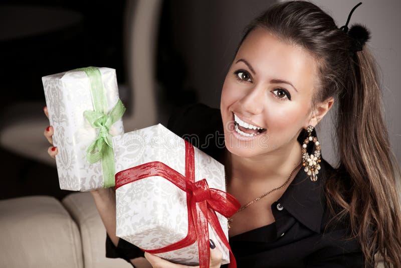 Ung lycklig kvinna med gåvor arkivbilder