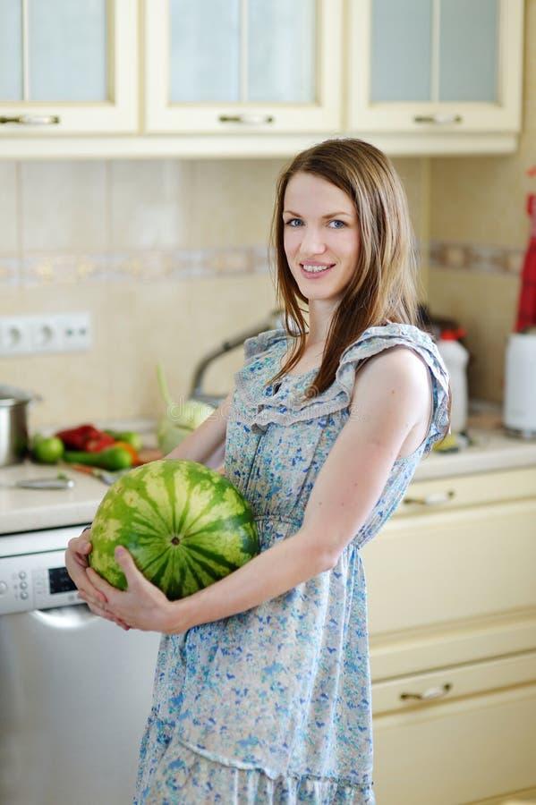 Ung lycklig kvinna med vattenmelon royaltyfri fotografi