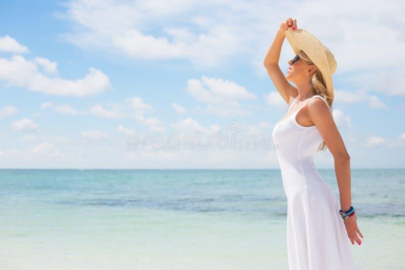 Ung lycklig kvinna på stranden arkivbild