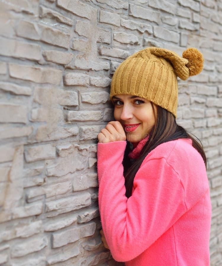 Ung lycklig kvinna som har utomhus- gyckel royaltyfri fotografi