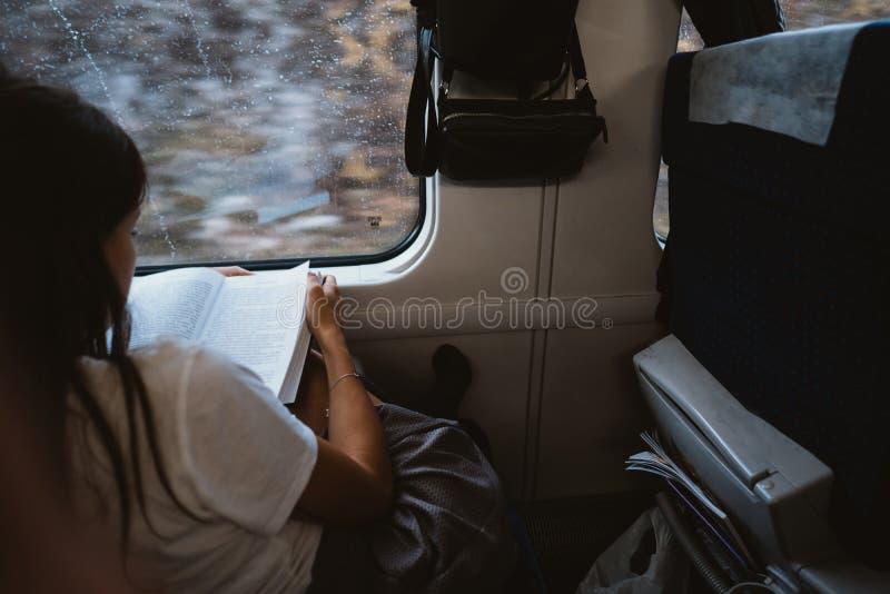 Ung lycklig kvinna som sitter i stadsbuss royaltyfria bilder