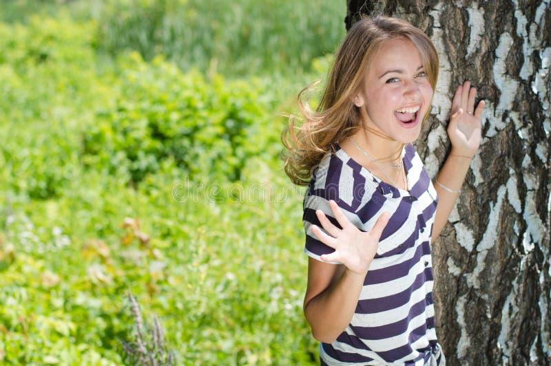 Ung lycklig kvinna som skriker och förbluffad skrattar