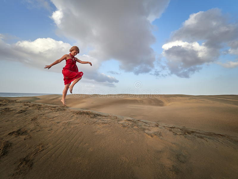 Ung lycklig kvinnadans på sanddyn i sommar royaltyfria bilder