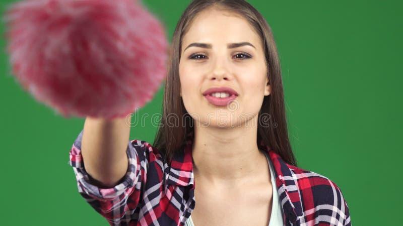 Ung lycklig kvinnalokalvårdskärm med en dammtrasa arkivfoto