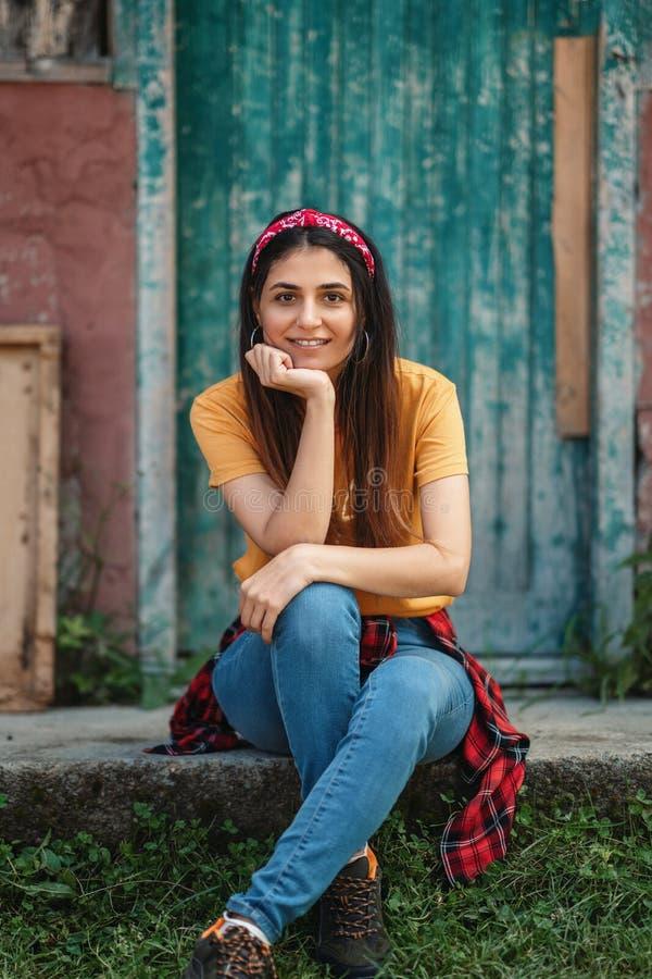 Ung lycklig kvinnastående med den gula t-skjortan arkivbilder