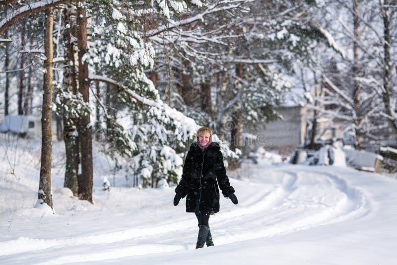 Ung lycklig kvinnastående, på den utomhus- snöig vintern fotografering för bildbyråer