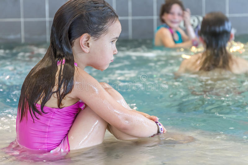 Ung lycklig le flicka i vattenpöl fotografering för bildbyråer