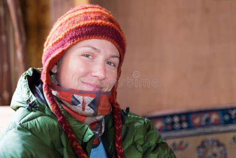 Ung lycklig le kvinna i röd hattstående arkivfoton