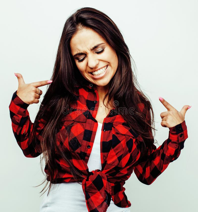 Ung lycklig le latin - amerikanskt emotionellt posera för tonårs- flicka royaltyfria foton