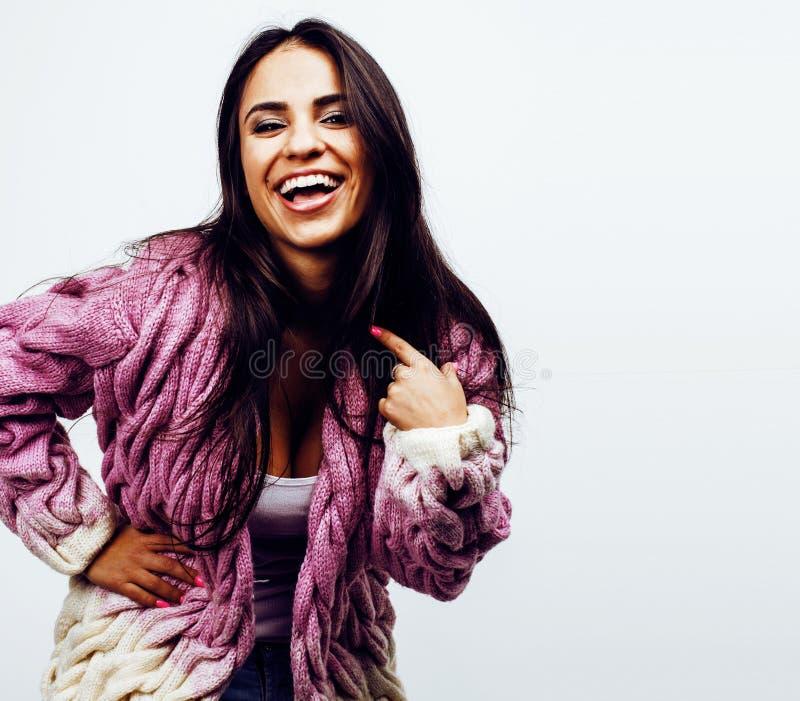 Ung lycklig le latin - amerikanskt emotionellt posera för tonårs- flicka royaltyfria bilder