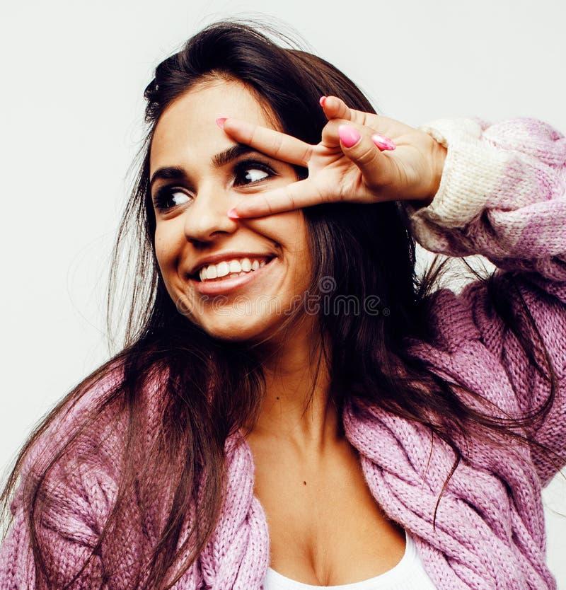 Ung lycklig le latin - amerikanskt emotionellt posera för tonårs- flicka royaltyfri foto
