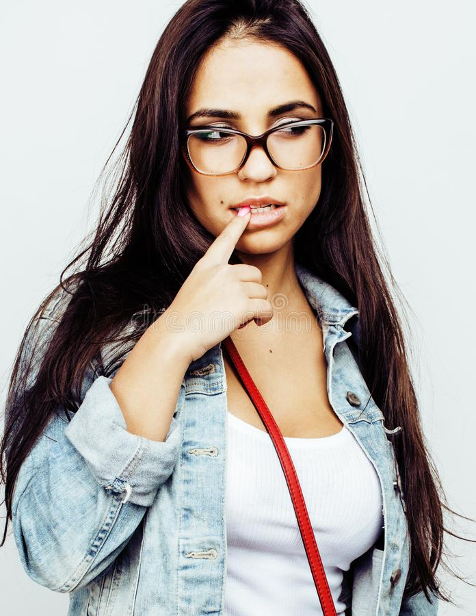 Ung lycklig le latin - amerikanskt emotionellt posera för tonårs- flicka på vit bakgrund, livsstilfolkbegrepp arkivbild