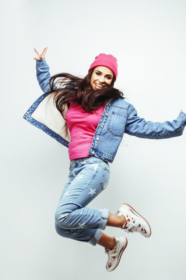 Ung lycklig le latin - jumpin för tonårs- flicka för amerikan emotionell royaltyfria foton