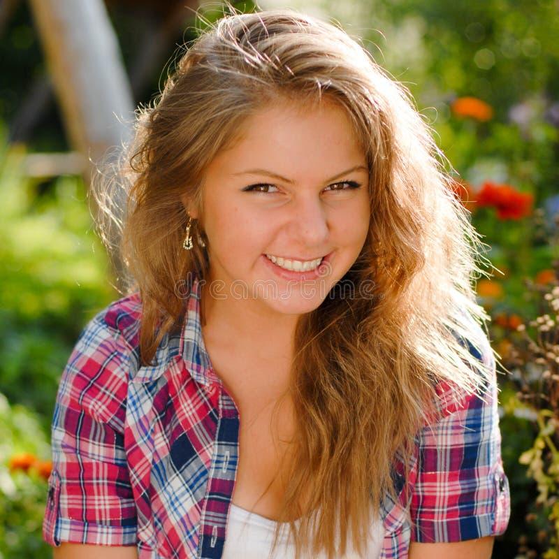 Ung lycklig le tonårs- flickastående royaltyfri fotografi