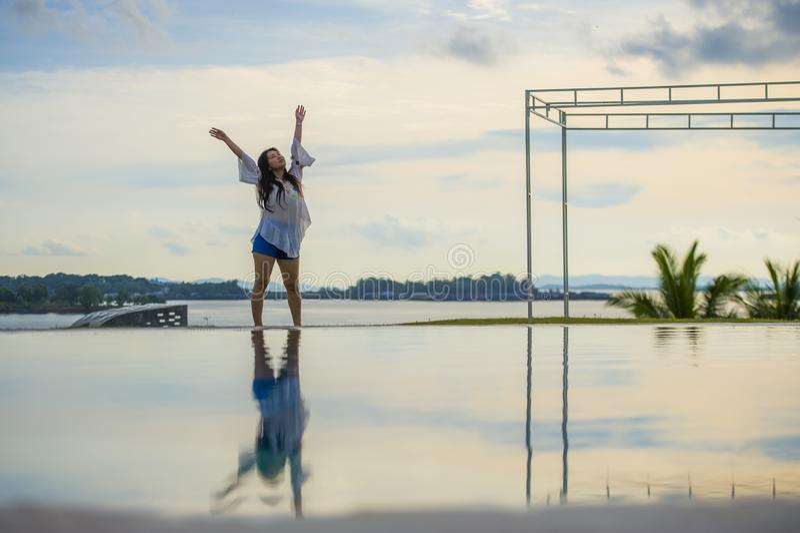 ung lycklig och attraktiv asiatisk kinesisk kvinna som tycker om att koppla av för sommarferier som är bekymmerslöst på den tropi fotografering för bildbyråer