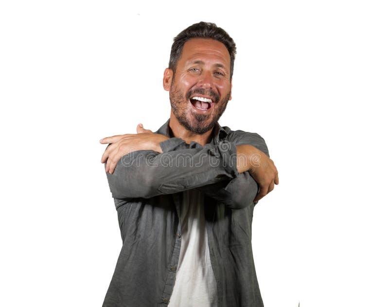 Ung lycklig och attraktiv man som kramar sig som ler positiv och charmig görande kramgest i självaktning och självförtroende arkivfoton