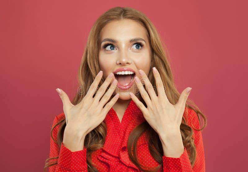 Ung lycklig upphetsad förvånad kvinna med den öppnade munnen på färgrik ljus rosa bakgrund sinnesrörelsemodemodell som poserar po royaltyfri fotografi