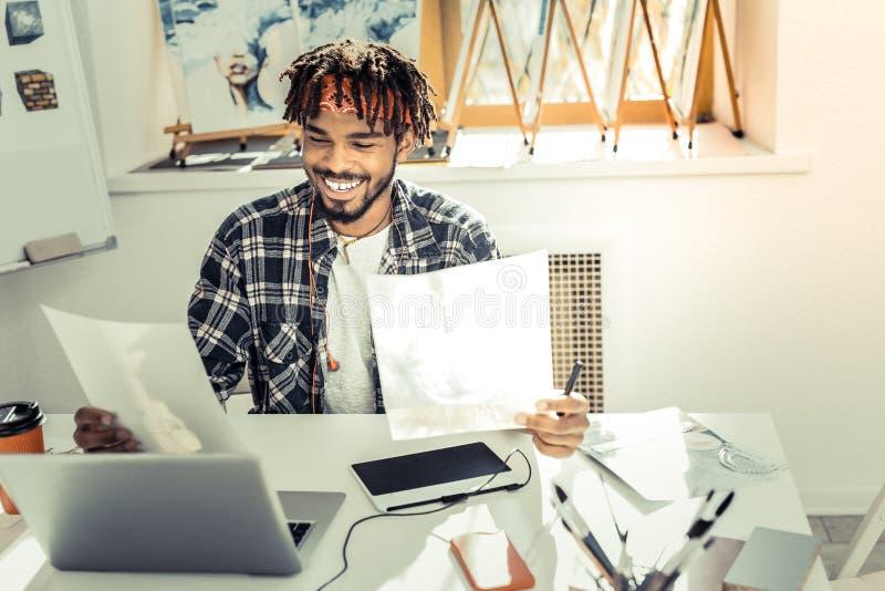 Ung märkes- känsla för inre som tillfredsställs extremt med hans arbete arkivfoton
