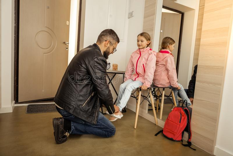 Ung mörker-haired skäggig fader som får hans dotter klar att skola arkivbilder