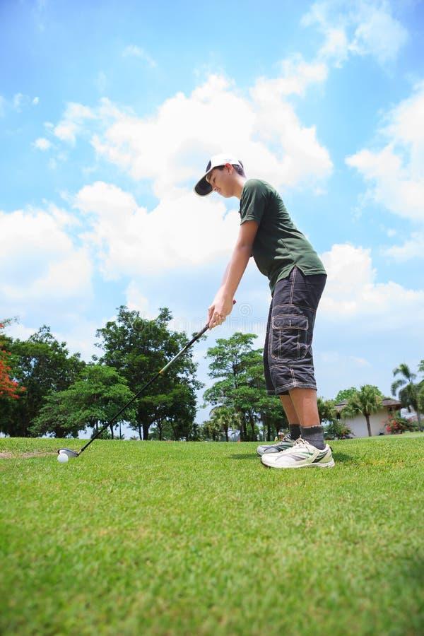 Ung male golfspelare fotografering för bildbyråer