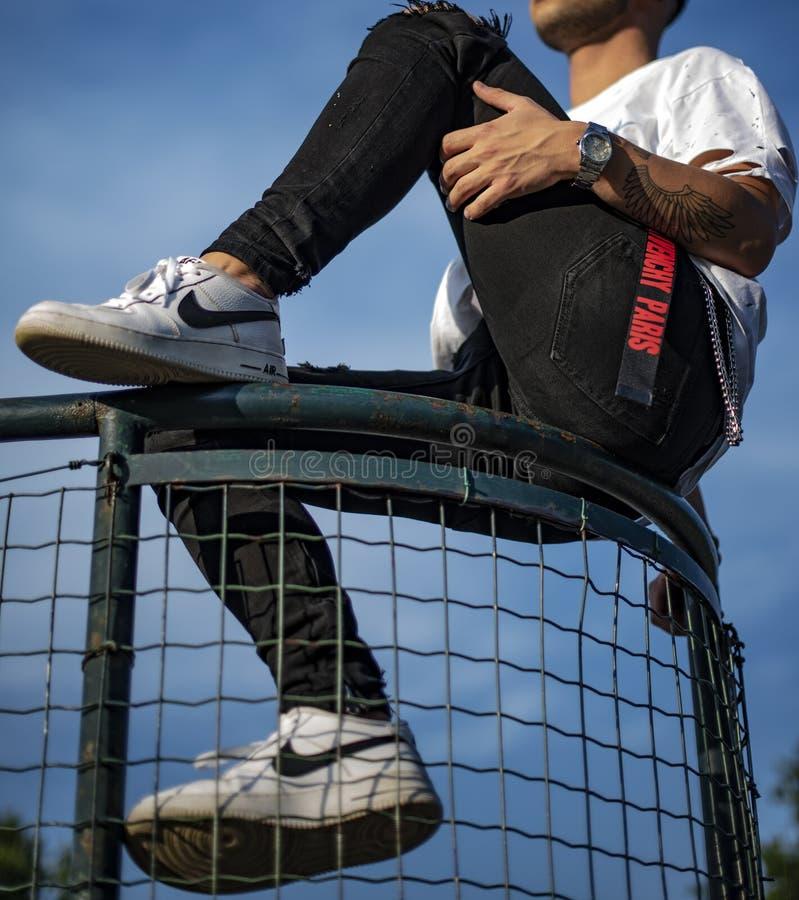 Ung man bar ett par Nike Air Force royaltyfri fotografi