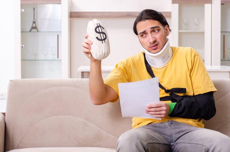 Ung man efter bilolycka som hemma lider royaltyfri bild