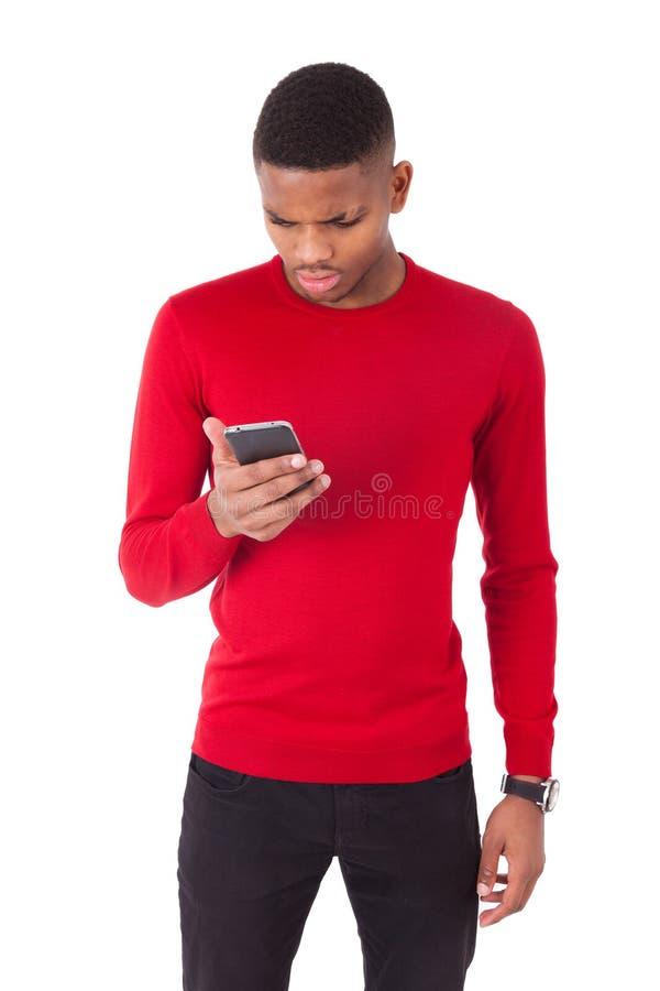 Ung man för afrikansk amerikan som överför ett textmeddelande på hennes smartph arkivfoton