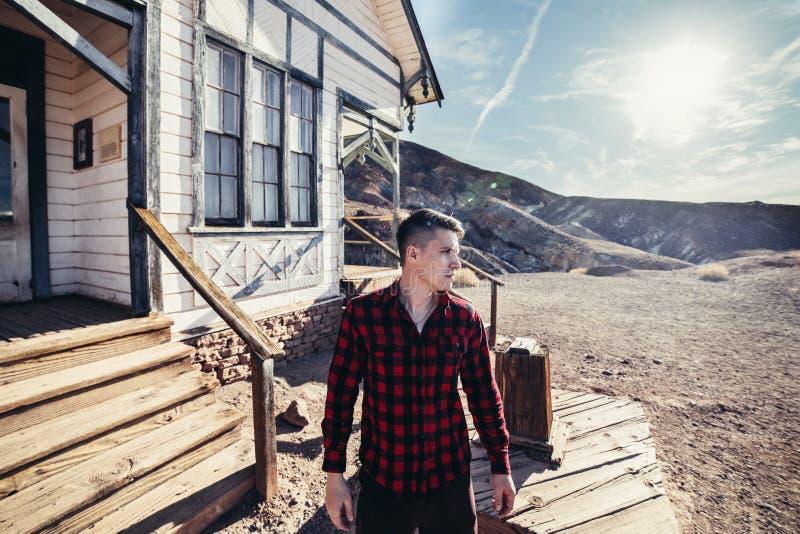Ung man för bonde i berghuset som ser för att gå att arbeta på morgonen arkivfoto