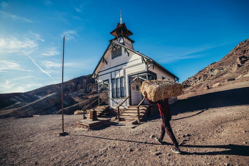 Ung man för bonde i berghuset som ser för att gå att arbeta på morgonen arkivfoton
