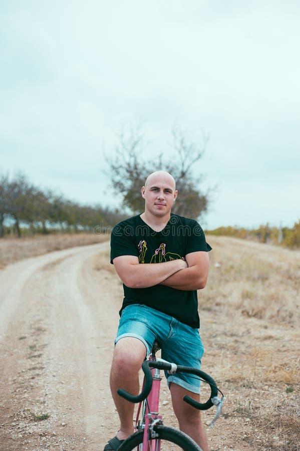 Ung man för Hipster på cykeln arkivbild