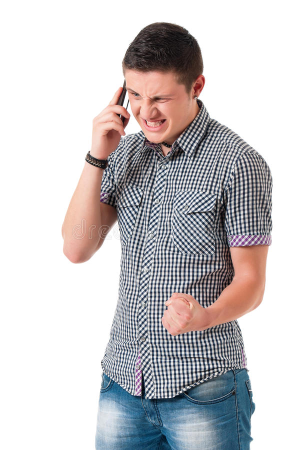 Ung man för ilska med telefonen arkivfoton