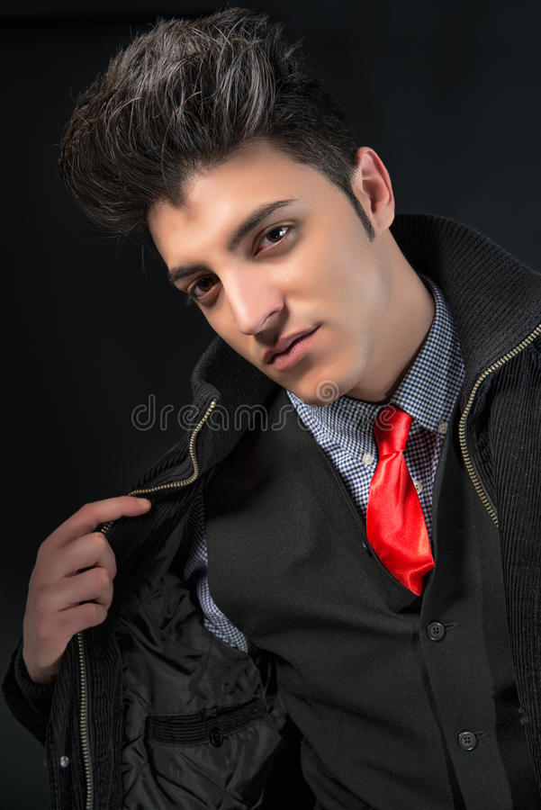 Ung man för mode med det röda bandet royaltyfria bilder