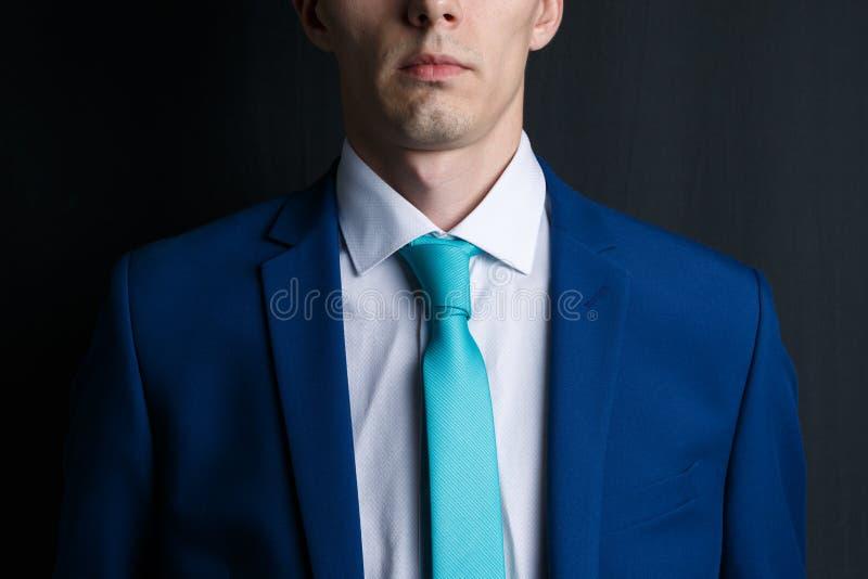 Ung man för närbild i en dräkt Han ?r i en vit skjorta med ett band Hans orakade framsida royaltyfria foton