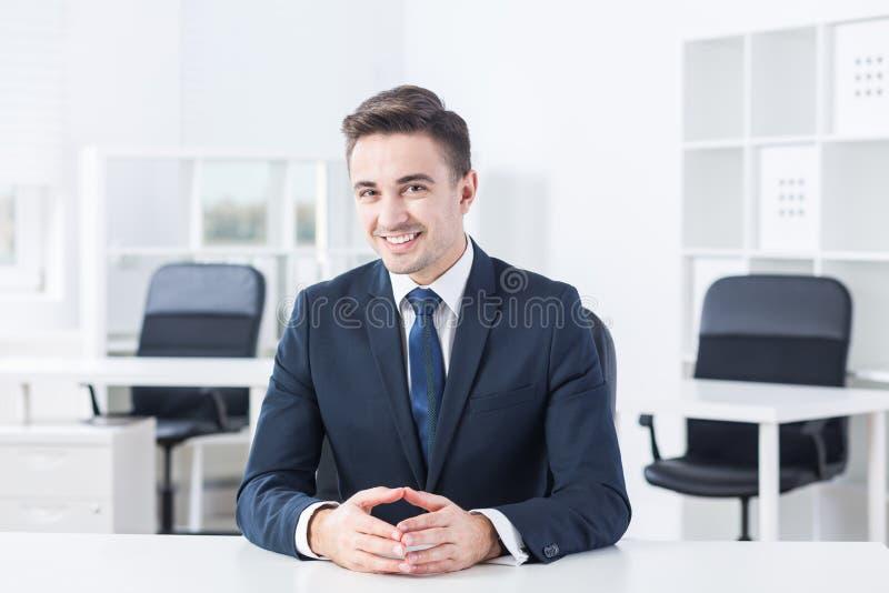 Ung man för Smiley arkivfoto