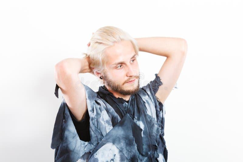 Ung man för stående med stilfull frisyr fotografering för bildbyråer