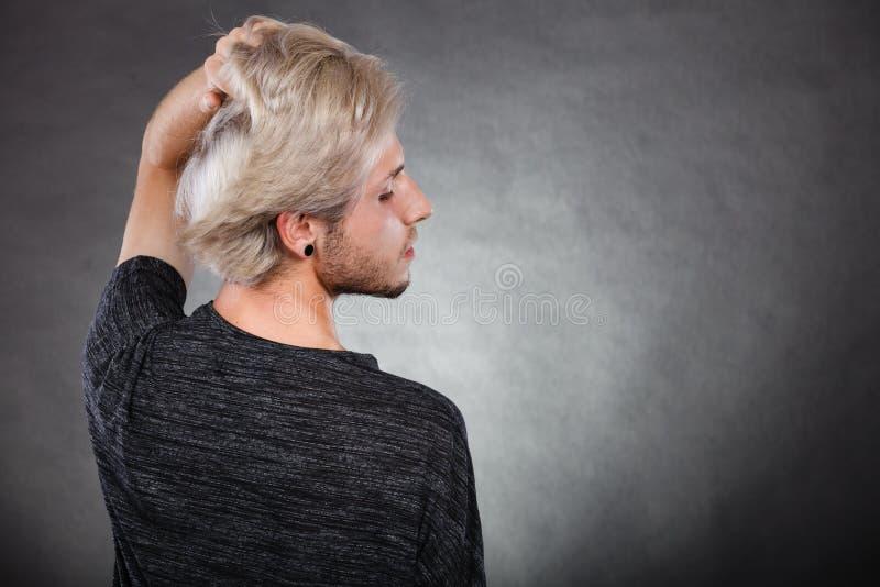 Ung man för stående med stilfull frisyr arkivbilder