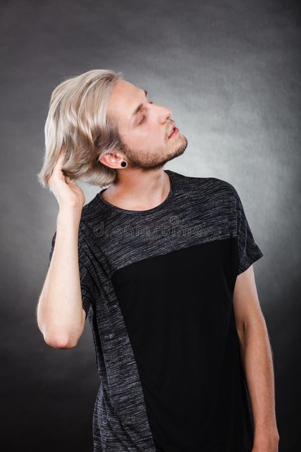 Ung man för stående med stilfull frisyr arkivfoton