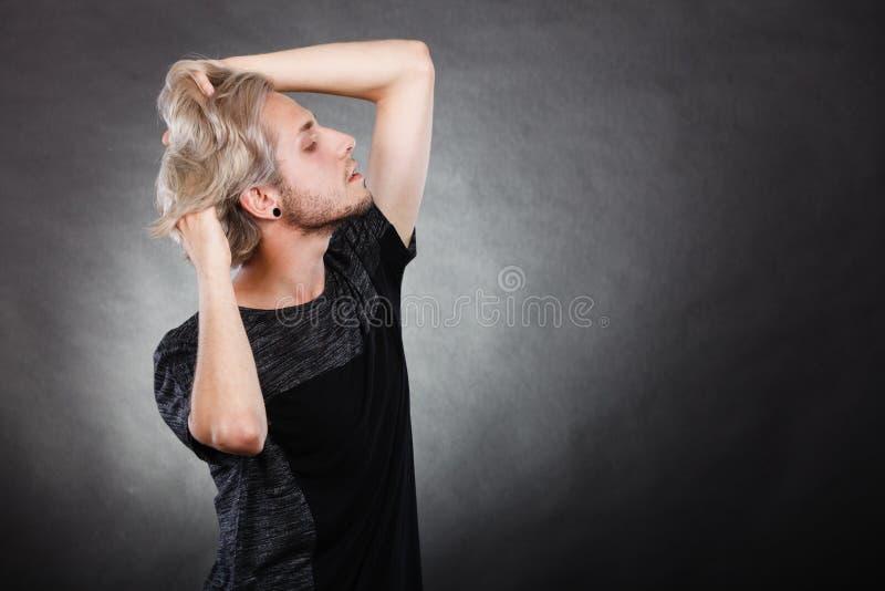 Ung man för stående med stilfull frisyr royaltyfri fotografi