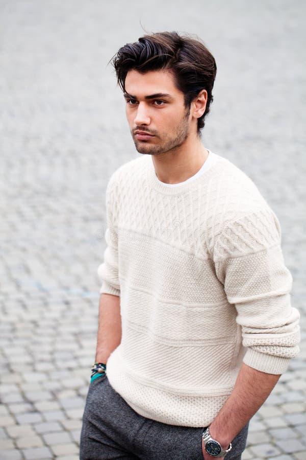 Ung man för stiligt mode utomhus Stil för svart hår arkivbild