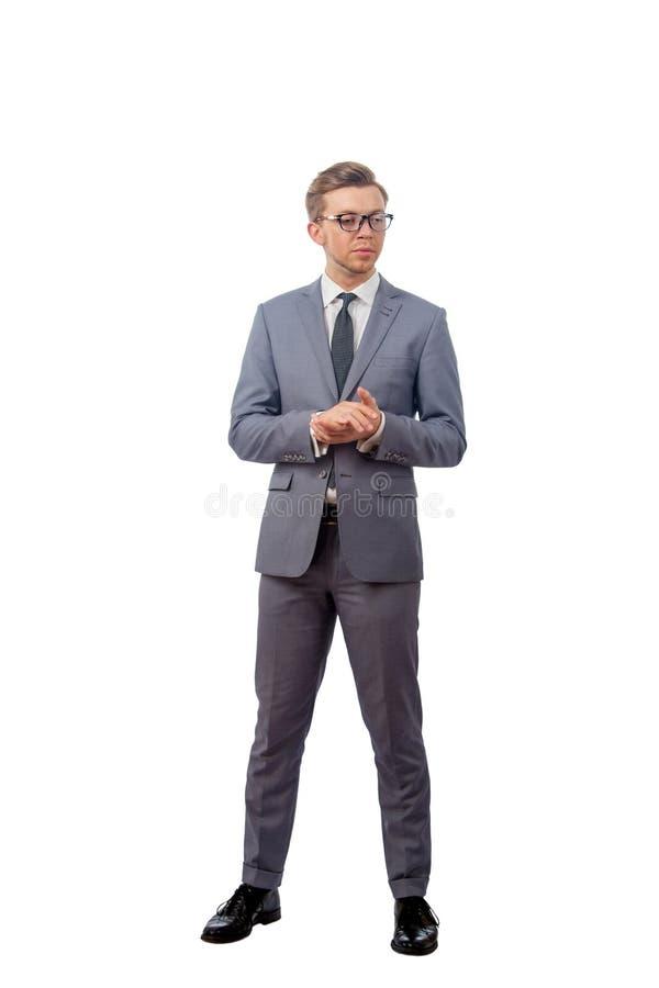Ung man i bärande exponeringsglas för en affärsdräkt royaltyfri foto