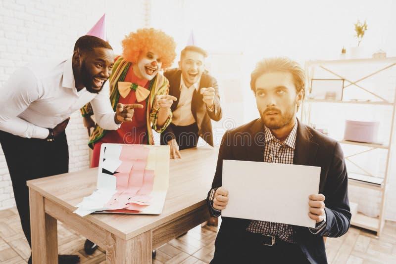 Ung man i clownen Costume på möte i regeringsställning arkivfoton