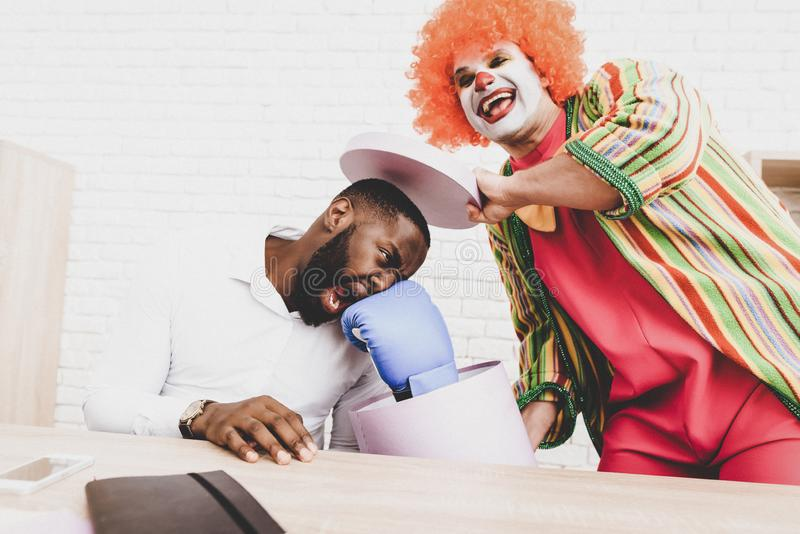 Ung man i clownen Costume på möte i regeringsställning fotografering för bildbyråer