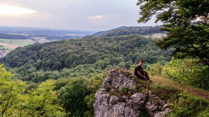 Ung man i den bayerska Jura Mountains fotografering för bildbyråer